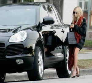 Mary Kate-Olsen and black Porsche Cayenne Turbo
